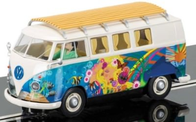 VW Camper in der Hippie-Version  C3761
